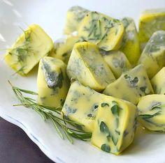 Zeytinyağlarınızı kekik ya da sevdiğiniz baharatlarla bu kalıplarda dondurun, günü geldiğinde salatanızın sosu hazır bile.
