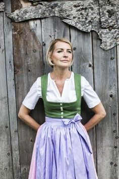 moderne Ausseer Dirndl, handgefertigte Unikate bei Platzhirsch, Bad Aussee | S❤️ Short Permed Hair, Short Hair Ponytail, Short Grey Hair, Medium Short Hair, Very Short Hair, Short Hair Cuts For Women, Medium Hair Styles, Black Girl Short Hairstyles, Haircuts For Curly Hair
