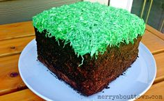 Want a cute Minecraft cake but not sure you can do it? Make a Minecraft Grass Block Cake with this easy tutorial. Perfect for a birthday party. Pastel Minecraft, Minecraft Food, Minecraft Birthday Cake, Make Birthday Cake, Easy Minecraft Cake, Minecraft Houses, Minecraft Crafts, Minecraft Skins, Minecraft Bedroom