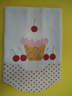 pano de prato cupcake cerejas                                                                                                                                                     Mais Applique Towels, Applique Patterns, Applique Designs, Sewing Hacks, Sewing Crafts, Sewing Projects, Patch Quilt, Hand Towels, Tea Towels