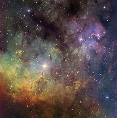Esta nebulosa es NGC 7822, se encuentra en la constelación de Cefeo, a unos 3.000 años-luz de distancia del Sistema Solar, y sus pilares son un lugar de formación de nuevas estrellas de la Vía Láctea. #astronomia #ciencia