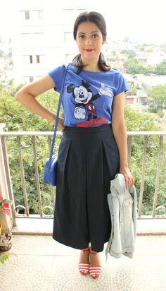 Pantacourt azul marinho, camiseta do Mickey, sandália listrada, jaqueta jeans e bolsa azul.
