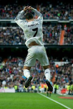Cristiano Ronaldo est mon joueur soccer de favori. il est rapide et fort et modeste. ca m'est egal pour son equipe.