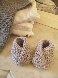 newborn wrap booties- adorable! (and super quick and easy to knit!) Add a button or tie to keep on wiggly feet. Using 5 mm needles cast on 6 stitches. Knit 22 rows then cast on 10 stitches either side and work for 10 more rows. Cast off and make up.