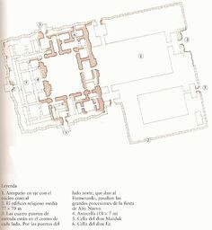 Esaglia. En el interior de la ciudad existieron al menos 10 templos entre los que detaca el Esaglia o Templo de Marduk. Templo bajo con un santuario principal y dos patios en torno a los que se ubicaban dependencias auxiliares. Destacaba la decoración de su cella que según Heródoto albergaba la estatua de oro del dios Marduk. El espacio de la cella se recubrió de maderas preciosas revestidas de láminas de oro y plata, y su pavimento de alabastro y lapislázuli, imagen de riqueza y esplendor.