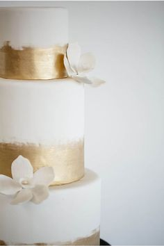 heyprettywedding:  Pretty white and gold painted cake.