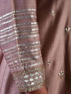 Embroidery On Kurtis, Hand Embroidery Dress, Kurti Embroidery Design, Embroidery Fashion, Hand Embroidery Designs, Creative Embroidery, Applique Dress, Neck Designs For Suits, Sleeves Designs For Dresses