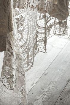 Vento lace table drape