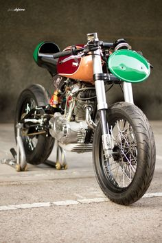 This precious retro racer comes from a 1963 Ducati 125 TS donor Bike. Its frame has been converted to a cantiléver rear suspension ...