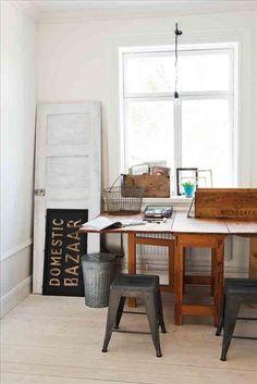 Ett slagbord köpt på annons fungerar perfekt som arbetsbord. En gammal dörr lutad mot väggen gömmer...