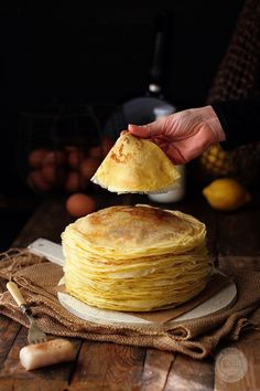 Lemon and anise filloas, a traditional dessert in Galicia (northern Spain), they seem crepes but taste and texture are really different. Köstliche Desserts, Delicious Desserts, Dessert Recipes, Yummy Food, Crepes, Brunch Recipes, Sweet Recipes, Pancakes And Waffles, Lemon Pancakes
