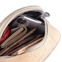 Kork Umhängetasche «Cross Natural» – Vegane Schultertasche aus Kork Bags, Fashion, Leather, Vegan Handbags, Notebook Bag, Fanny Pack, Pocket Wallet, Handbags, Moda