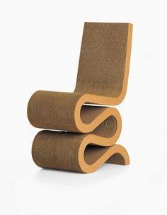 A Wiggle Chair foi criada em 1972 pelo designer Frank Gehry e é toda de papelão.