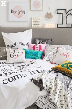 Diese Deko erzählt Geschichten. 💬 #meinhöffi   #höffner #hoeffner #wohnen #möbel #wohnraum #wohndesign #wohnidee #loveletter Lettering, Sweet Dreams, Bed Pillows, Pillow Cases, Wall, Home, Pillows & Throws, Bed, Bedroom
