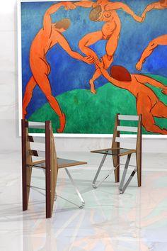 Diciembre 2016. En la silla DANZA, Ernesto Oñate une las genuinas singularidades de vetas y color de las maderas de Zebrano y Palo Rojo y las combina con acero y cristal.