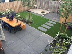 Kindvriendelijke tuin met kunstgras en grote tegels Child-friendly garden with artificial grass and large tiles