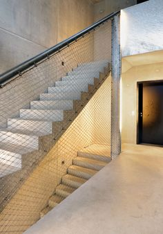 Fertighaus als Stadthaus, Hamburg / Fusi & Ammann Architekten // Banister Rails, Stair Handrail, Banisters, Railings, Metal Stairs, Expanded Metal, House Stairs, Minimalist Interior, Green Life