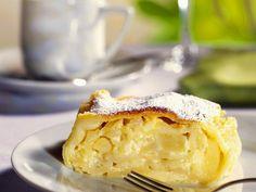 Apfel-Quark-Strudel ist ein Rezept mit frischen Zutaten aus der Kategorie Kernobst. Probieren Sie dieses und weitere Rezepte von EAT SMARTER! Cheesecake, Apple Pie, Baked Goods, Muffin, Food And Drink, Butter, Xmas, Sweets, Baking