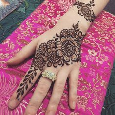 50 Most beautiful Left Hand Mehndi Design (Left Hand Henna Design) that you can apply on your Beautiful Hands and Body in daily life. Back Hand Mehndi Designs, Stylish Mehndi Designs, Beautiful Mehndi Design, Latest Mehndi Designs, Bridal Mehndi Designs, Henna Designs, Mehndi Tattoo, Henna Mehndi, Hand Henna