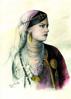 la jeune femme porte sur son front Khit el rouh :  le fil de l'âme, appelé zerrouf à Tlemcen . A Alger il se porte avec le karakou, le kouiyet ou le badroune au dessus du foulard  mhramet el ftoul .  Et tout autour du cou un collier appelé  el djouhar. C'est les petites pierres blanches reliées entre elles en plusieurs et ornementées de palettes d'or. on les voit en quantité sur la chedda tlemcenienne ou ras de cou pour d'autres tenues.  Encore un autre collier fait de Louis d'or, et le…