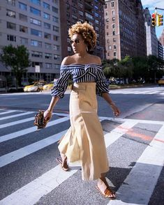 When it comes to summer looks, we'll never get tired of off-the-shoulder shirt outfits. The romantic top is perfect for every summer occasion. Nyc Fashion, Look Fashion, Fashion Design, Fashion Ideas, Fashion Outfits, Estilo Blogger, Blogger Style, Summer Stripes, Summer Looks