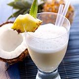 Palmenkuss  Zutaten für 2 Gläser à 300 ml  200 ml Ananassaft 30 ml Ahornsirup 100 ml Kokosnussmilch frische Baby-Ananas zum Dekorieren 200 ml leicht mineralisiertes Mineralwasser
