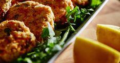 Préparez ces chouettes croquettes de saumon (avec vos restants de la veille!) à tremper dans une mayonnaise cajun et accompagnées d'une purée de céleri-rave! Cette recette du Cuisiner Rebelle, alias Antoine Sicotte, tirée de l'émission Chef de Tribu, ne vous prendra que 30 minutes à cuisiner. Les Croquettes, Celerie Rave, Meatloaf, Dinner, Recipes, Food, Table, Seafood, Nice Salad