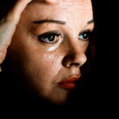 Judy Garland: Além do arco-íris  Ela marcou gerações de crianças, jovens e adultos durante décadas. Tornou-se uma das estrelas mais populares da história do cinema, e de quebra, uma das melhores cantoras da música norte-americana. Conheça agora a fabulosa vida de Judy Garland.