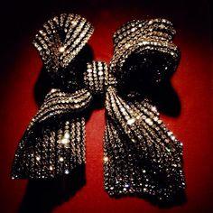 258 - bow Knot brooch by JAR Paris, 2012 - Diamonds, silver, gold #JAR #JARJewels #JARParis #JoelArthurRosenthal