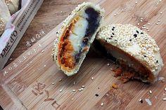 Chinese Moon Cake, Mooncake Recipe, Asian Street Food, Bao Buns, Asian Recipes, Ethnic Recipes, Fancy Desserts, Hot Dog Buns, Taiwan
