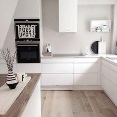 Ein Sanftes Braun Beige Als Wandfarbe Lässt Die Weiße Küche Leuchten U0026  Bringt Zugleich Gemütlichkeit