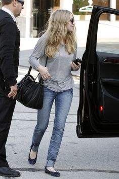 Amanda Seyfried. When all else fails a loose shirt, skinny jeans, and flats are the way to go (plus sun glasses)