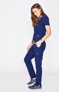 With stretch fabric and three pockets, the women& Casma scrub top is ready for busy days. Part of FIGS& Technical collection of tailored-fit scrubs. Scrubs Outfit, Scrubs Uniform, Stylish Scrubs, Doctor Scrubs, Navy Blue Scrubs, Medical Scrubs, Dental Scrubs, Nursing Scrubs, Nursing Clothes