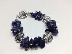Bracelet #349 Bracelet fait de lapis-lazuli avec des billes en métal anti-ternissement, monté sur un fil d'acier inoxydable.  Grandeur 7½ pouces (19 cm) -Lapis-lazuli irrégulières rectangulaires de 15 mm -Billes de métal anti-ternissement. Fait main