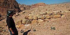 Descubren monumento oculto bajo la arena en Petra