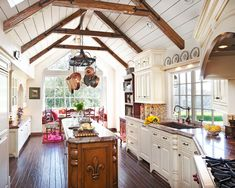Country Kitchen Designs - Ideas That Inspire You Wood Beams and Floor warm the white. Also the feet added to the toe kick makes it french chic!Wood Beams and Floor warm the white. Also the feet added to the toe kick makes it french chic! Country Chic Kitchen, Country Kitchen Designs, French Country Kitchens, Modern Farmhouse Kitchens, Black Kitchens, Country Style, Country French, French Chic, Colonial Kitchen