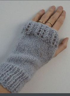 Mitaines dentelle Knitting Books, Knitting Projects, Hand Knitting, Fingerless Gloves Knitted, Knit Mittens, Baby Knitting Patterns, Crochet Patterns, Blog Couture, Wrist Warmers