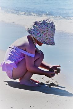 Find out the latest UV Protection Essential Oil Product Development Research +Benefits and Risks of Sun's Light & Safety Tips. Beach Play, Beach Kids, Free Pictures, Free Images, Wind And Rain, Children And Family, Safety Tips, Vulnerability, Aromatherapy