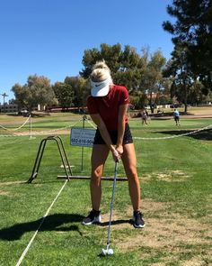 What Is the Correct Golf Swing? Golfers the world over are always in search of the perfect golf swing or the right golf swing. Golf Fotografie, Golf Instructors, Golf Training Aids, Golf Photography, Golf Videos, Golf Channel, Golf Lessons, Golf Humor, Golf Gifts