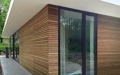 Bilderesultat for siberische lariks gevelbekleding projecten Exterior Remodel, Cladding, Sliders, Bungalow, Facade, Architecture Design, Villa, New Homes, Construction