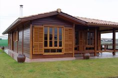 8 Buenas ideas para construir una casa de madera - Sick Tutorial and Ideas Wooden House Design, Tiny House Design, Dream House Plans, Small House Plans, House In The Woods, My House, Style At Home, Bamboo House, Pallet House