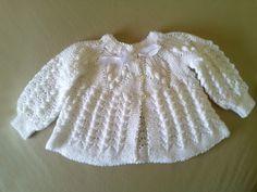 Casaquinho de bebe em trico feito à mão com a linha Cisne Super Bebe. Tamanho 3 a 6 meses. Disponível na côr branco.