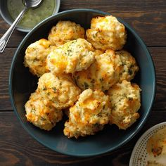 Makeover Cheddar Biscuits Cheddar Biscuits, Cheese Biscuits, Homemade Biscuits, Buttermilk Biscuits, Homemade Breads, Bread Recipes, Cooking Recipes, Copycat Recipes, Breads