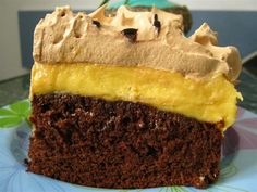 Prajitura cu spuma caramel si crema cu lichior de pere este o prajitura cu adevarat deosebita. Blatul pufos cu cacao se completeaza perfect cu restul