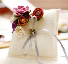 Casamento feito à mão: Almofada das alianças {de feltro}