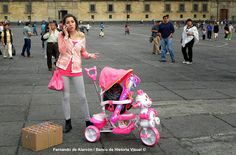 La carriola rosa. / The pink stroller.