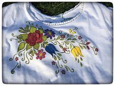 Tricou bumbac 100%, pictat manual cu accente folk. Vopseaua este non-toxica, pe baza de apa, rezistenta la lumina si spalat. Painted Clothes, Fabric Painting, Folk, Hand Painted, Mens Tops, Handmade, Shirts, Clothing, Summer