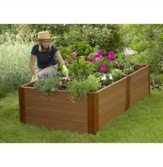 If space is an issue the answer is to use garden boxes. In this article we will show you how all about making raised garden boxes the easy way. We all want to make our gardens look beautiful and more appealing. Raised Patio, Raised Planter, Raised Garden Beds, Raised Beds, Raised Gardens, Garden Box Plans, Garden Boxes, Diy Garden Furniture, Diy Garden Projects