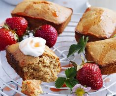 Lemon cakes with roasted strawberries Lemon Dessert Recipes, Baking Recipes, Beef Rump, Roasted Strawberries, Recipe Mix, Quiche Recipes, Strawberry Recipes, Meals For The Week, Vegan Recipes Easy