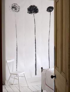 Subtiele natuurlijke voorwerpen zijn de inspiratiebron voor dit delicate behang Roomed   roomed.nl